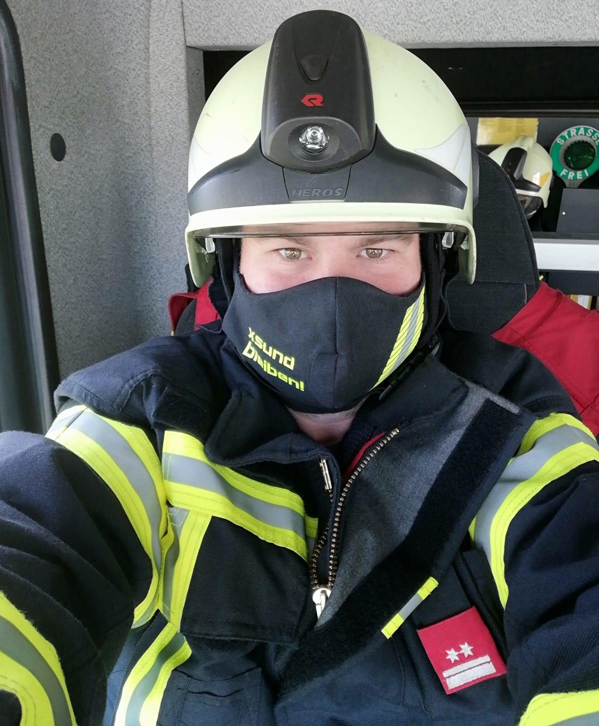 Feuerwehrmann mit Schutzmaske