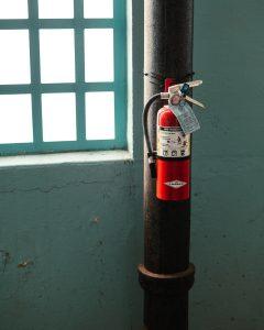 Feuerlöscher in Fabrikshalle